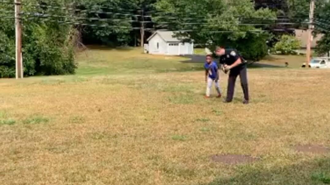 Policjant zauważył samotnie bawiącego się chłopca. Zatrzymał się i zaproponował wspólną grę w piłkę