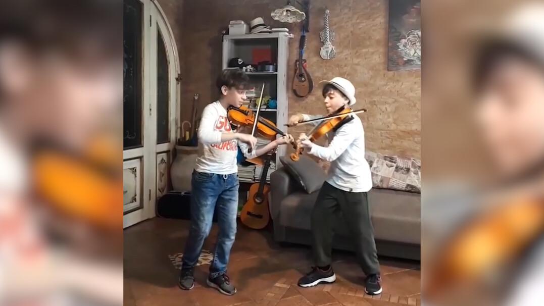 Bracia bliźniacy grają hit Coldplay. Zespół odpowiedział na nagranie