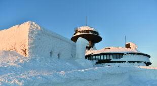 Wyjątkowo śnieżna zima na Śnieżce (PAP/Maciej Kulczyński)