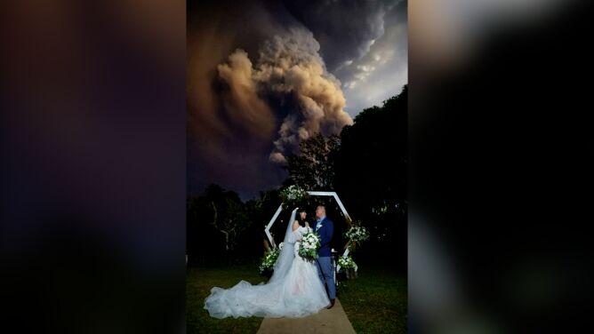Ślub ze spektakularną erupcją wulkanu w tle