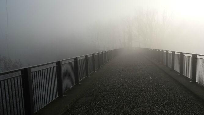 Niebezpieczna gęsta mgła. <br />Obowiązują ostrzeżenia IMGW