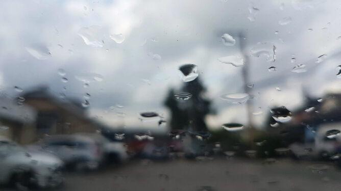 Podróżowanie utrudnią lokalne opady i silniejszy wiatr